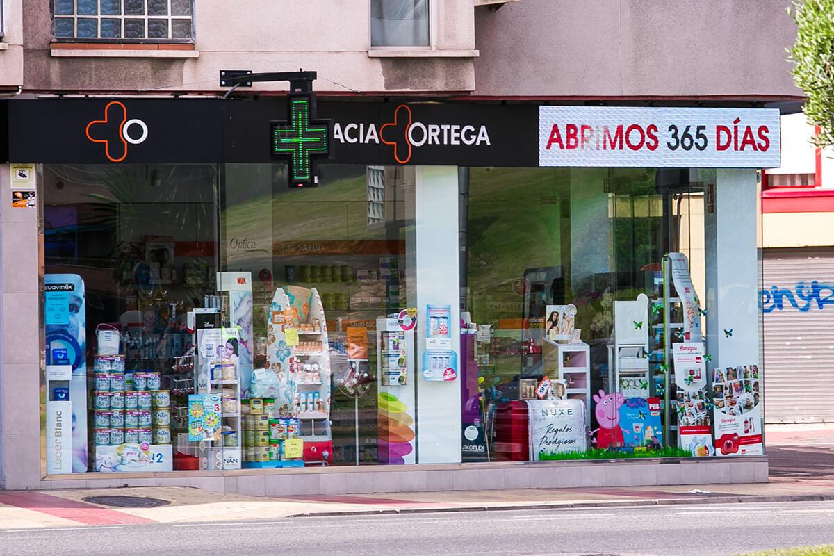 Cruz modelo Ferrara, pantalla de escaparate y marquesina LED en Farmacia Ortega