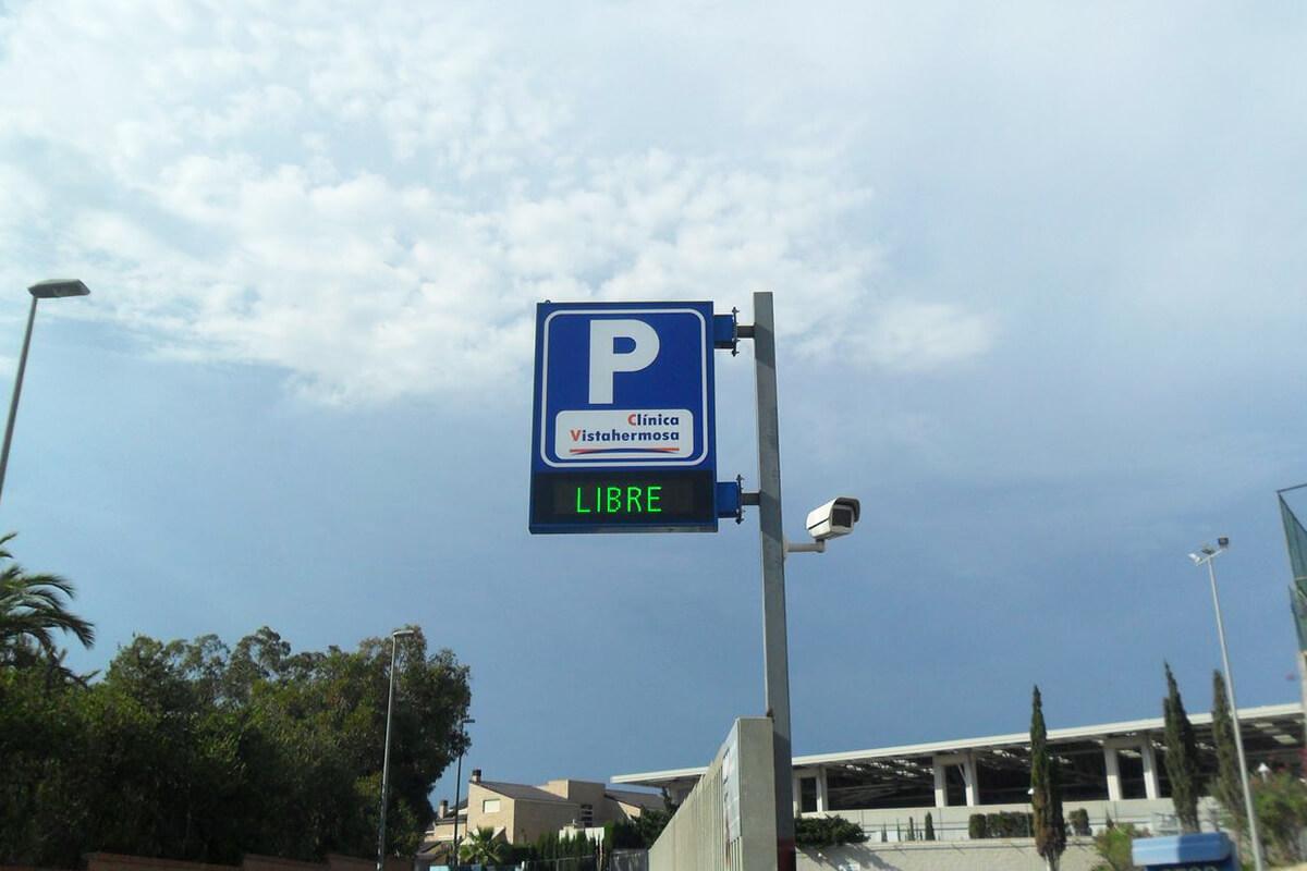 Banderola retroiluminada con pantalla libre-completo en aparcamiento Clínica Vistahermosa