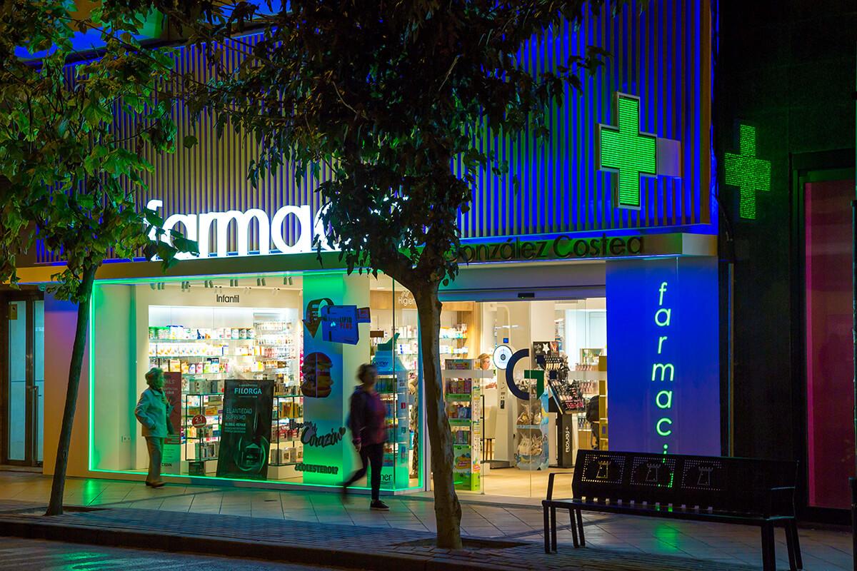Cruz Anzo y letras corpóreas retroiluminadas en Farmacia González Costea