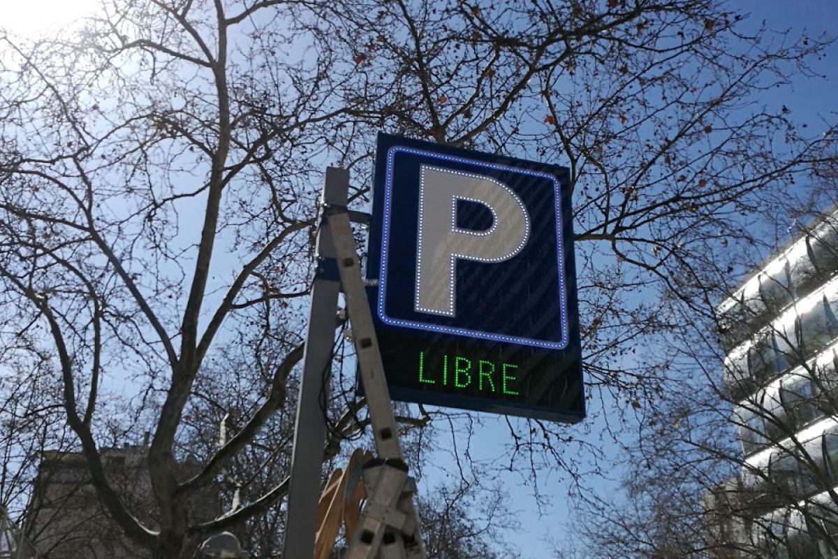 Banderola LED perfilada con libre/completo en parking O´Donnell