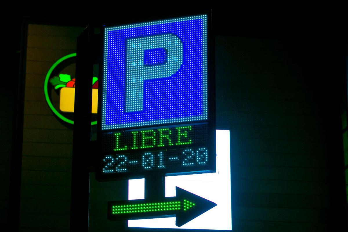 Banderola LED de parking más flecha de dirección en el Centro Comercial Vega Plaza