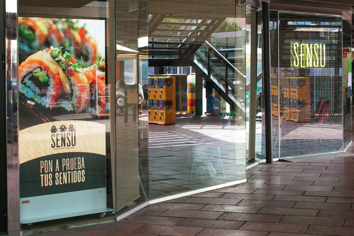 Pantalla LED de escaparate para el restaurante japonés Sensu Sushi