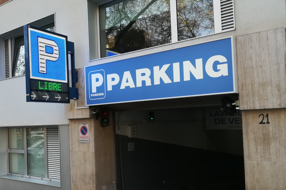 Banderola Full LED modelo Chicago en Parking Fleming, de Madrid