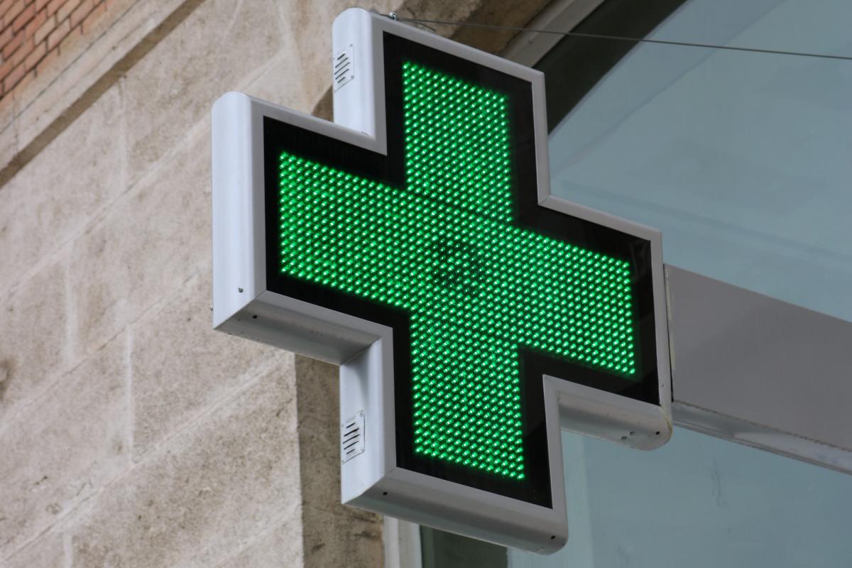 Cruz LED modelo Anzo 90 en la Farmacia Sandoval de Murcia