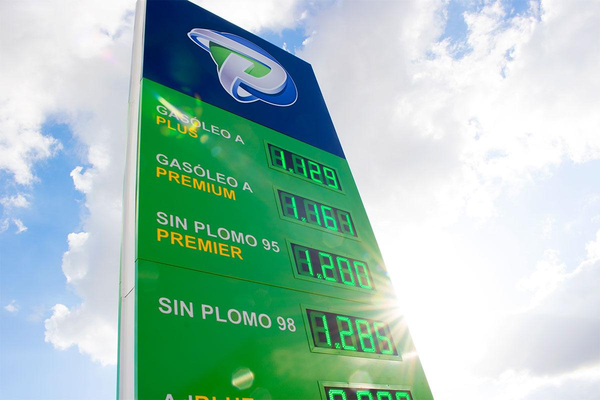 Instalación de 5 preciarios LED verdes en la estación de servicio Premier