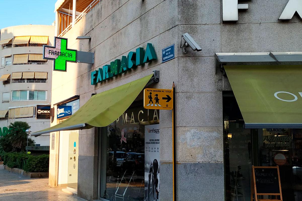 Instalación de cruz LED modelo Bolonia 110 en la Farmacia Lizandra de Valencia