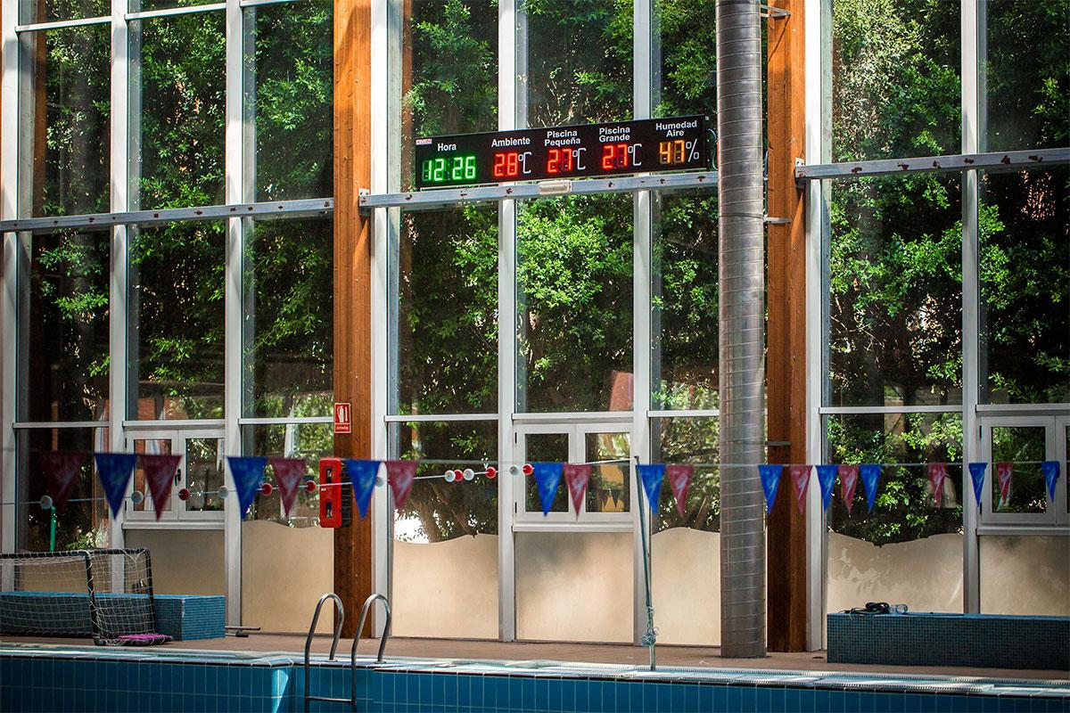 Reloj-temperatura con 4 displays LED para la piscina municipal cubierta de Alcantarilla