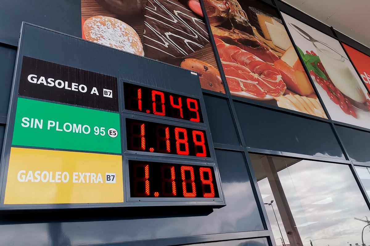 Panel de combustible de 3 preciarios LED en la estación de servicio del supermercado Charter