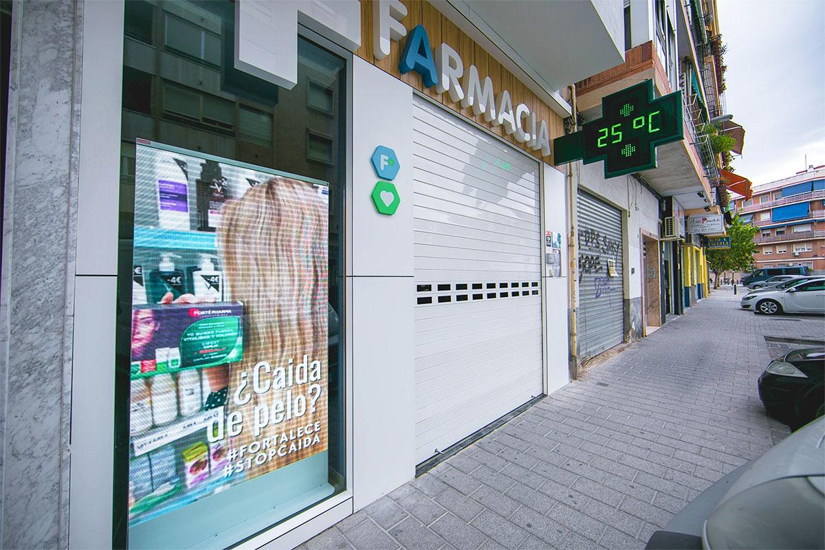 Pantalla LED de escaparate p4 modelo California en la Farmacia Maurandi de Murcia