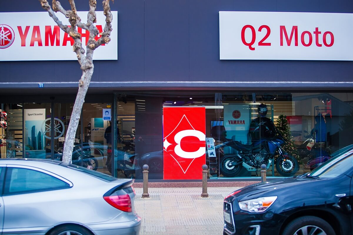 Video pantalla LED de escaparate p4 modelo California en Concesionario Q2 Moto, Murcia