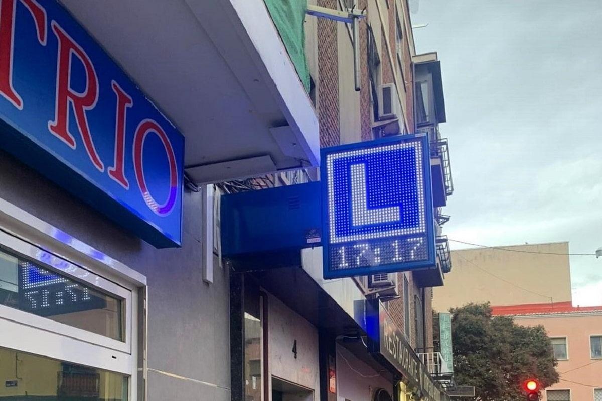 Banderola LED modelo Tokio Slim en la autoescuela TRIO, Madrid